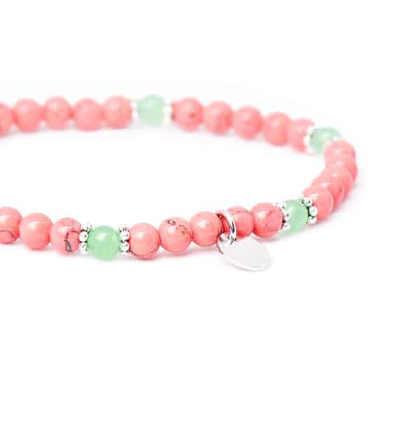 Armband mit pinken Edelsteinen nah