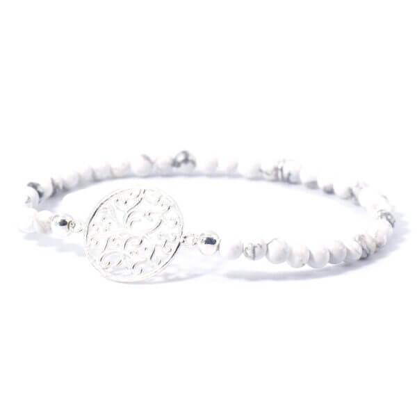 Damen Stretch Armband mit Magnesit Steinen und einem liebevoll gefertigten 925 Sterling Silber Emblem.