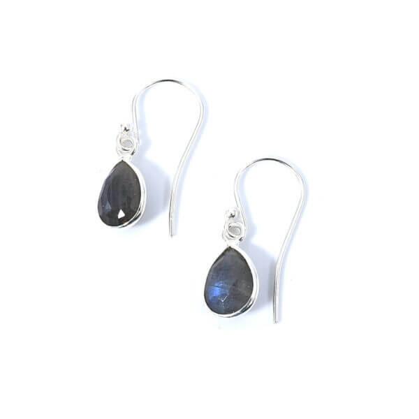 Ohrringe mit Labradorit Steinen liebevoll eingefasst in 925 Sterling Silber. Die Ohrhänger sind handgefertigt und die Steindrops schwenkbar.