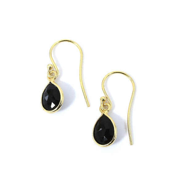 Ohrringe mit Onyx Steinen liebevoll eingefasst in 925 Sterling Silber 18k vergoldet. Die Ohranhänger sind handgefertigt und die Steindrops schwenkbar.
