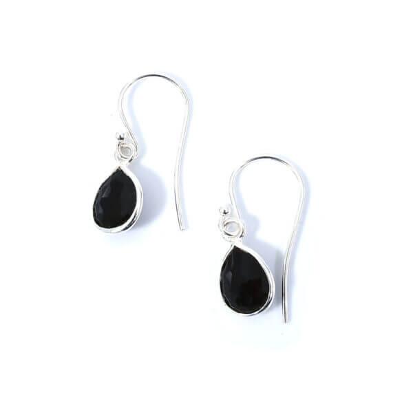 Ohrringe mit Onyx Steinen liebevoll eingefasst in 925 Sterling Silber. Die Ohranhänger sind handgefertigt und die Steindrops schwenkbar.