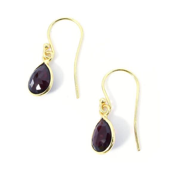 Ohrringe mit dunkelrotem Achat liebevoll eingefasst in 925 Sterling Silber 18k vergoldet. Die Ohrhänger sind handgefertigt und die Steindrops schwenkbar.