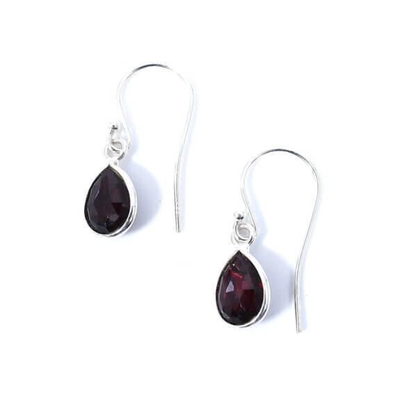 Ohrringe mit dunkelrotem Achat liebevoll eingefasst in 925 Sterling Silber. Die Ohrhänger sind handgefertigt und die Steindrops schwenkbar.