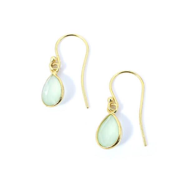 Ohrringe mit Chalcedon Steinen liebevoll eingefasst in 925 Sterling Silber 18k vergoldet. Die Ohrhänger sind handgefertigt und die Steindrops schwenkbar.