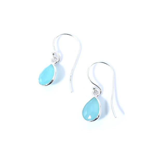 Ohrringe mit Aqua Chalcedon Steinen liebevoll eingefasst in 925 Sterling Silber. Die Ohrhänger sind handgefertigt und die Steindrops schwenkbar.