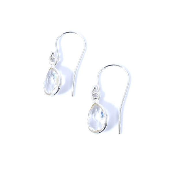 Ohrringe mit Bergkristall liebevoll eingefasst in 925 Sterling Silber. Die Ohrhänger sind handgefertigt und die Steindrops schwenkbar.
