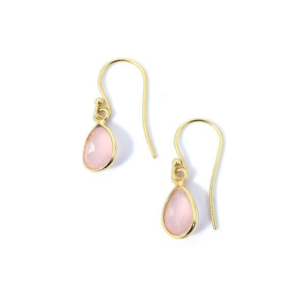 Ohrringe mit Rosenquarz Steine liebevoll eingefasst in 925 Sterling Silber 18k vergoldet. Die Ohrhänger sind handgefertigt und die Steindrops schwenkbar.