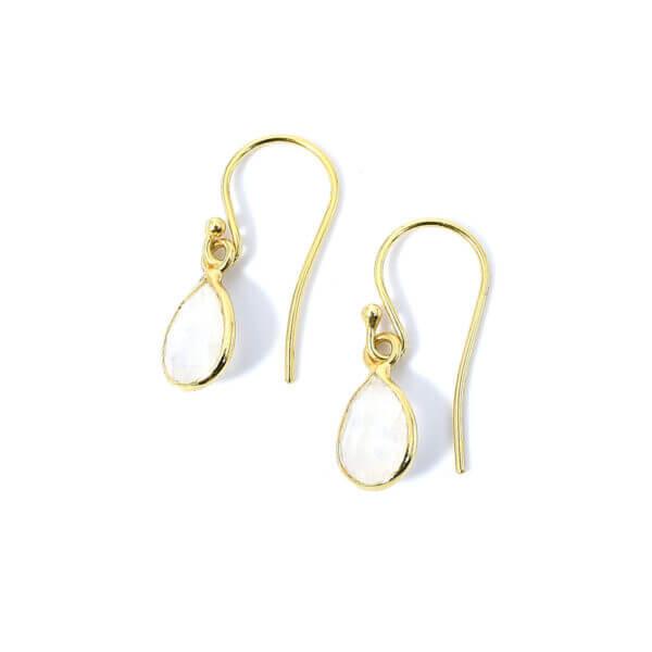 Ohrringe mit Mondsteinen liebevoll eingefasst in 925 Sterling Silber 18k vergoldet. Die Ohrhänger sind handgefertigt und die Steindrops schwenkbar.